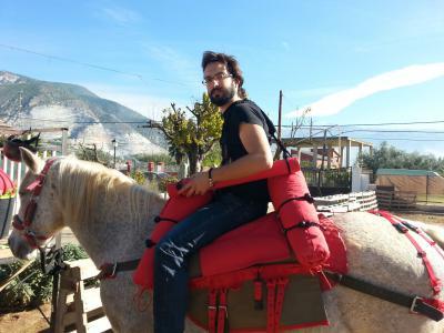 Uno de nuestros terapeutas en la silla Saddle Aids, en su versión mas simple