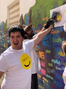 Toni, el alumno retratado en Artà, pintando su nombre en el mural