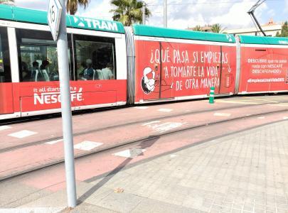 tranvía con todos los laterales vinilados con publicidad